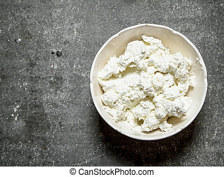 The cottage cheese in a bowl.