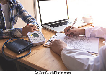 the doctor is discussing with the patient after a physical examination of the results and treatment pictures csp62437781 - Comme surveiller le transplantable de mon gamin aussi bien que ma propre fille
