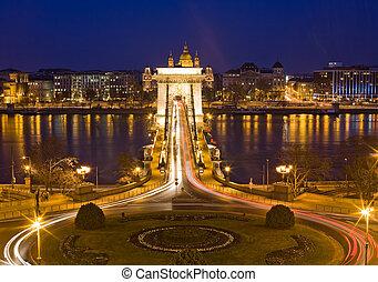 The famous historic Szechenyi Bridge in Budapest. - The...