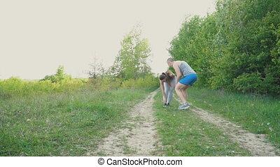 The girl's leg aches - The girl got a legache while running