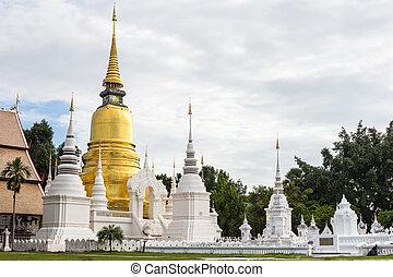 The golden pagoda at Wat Suan Dok.
