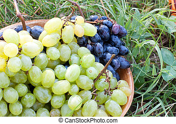 The grapes in a ceramic bowl