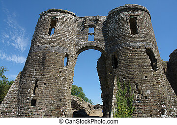 Llawhaden Castle - The impressive arch of the old entrance ...