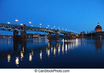 The Pont Saint-Pierre in Toulouse/France goes over the Garonne river.