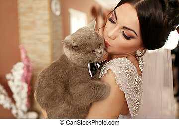 The smilling bride keeps her cat