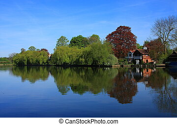 The Thames at Cookham - Trees reflect in a peaceful River ...