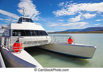 The tourist boat on Lake Viedma