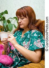 women knits on spokes
