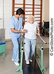 therapeut, assistieren, muede, ältere frau, auf, gehen, spur