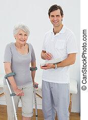 therapist, en, invalide, senior, patiënt, met, rapporten