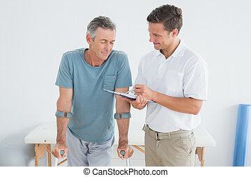 therapist, het bespreken, rapporten, met, invalide, patiënt, in, gym