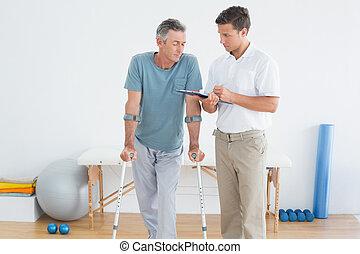 therapist, het bespreken, rapporten, met, invalide, patiënt, in, gym, ziekenhuis