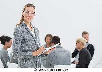 therapist, met, groep, therapie, in, sessie, in, achtergrond