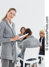 therapist, met, groep, therapie, in, sessie