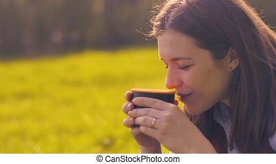 thermos café, tasse, positif, femme, boire