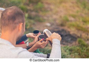 thermos, forest., 暖まること, 火, 楽しみ, キャンプ, 楽しむ, 友人, 夕方, 冷たい飲み物, グループ, 時間