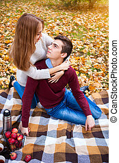 thermos, pique-nique, avoir, séance, couple, parc, jeune, repos, automne, pommes, thé, plaid, aimer