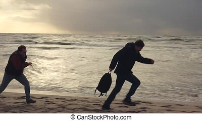 Thief stole a bag on the beach, the owner runs after him...