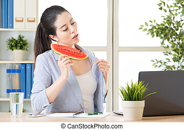 this summer is extremely hot, you need to eat watermelon