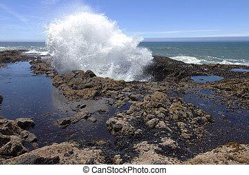 Thor's well Oregon coast. - A large explosive splash in...
