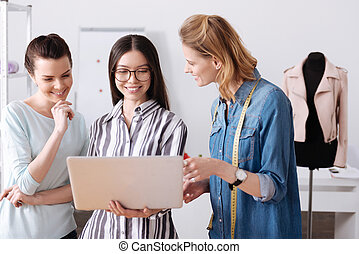 Three atelier workers reading a feedback