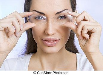thro, kvinna, glasögon, ungt se, stående, le, optik