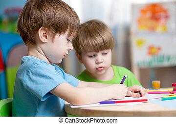 thuis, babykamer, schilderende kinderen