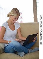 thuis, draagbare computer, vrouw, werkende