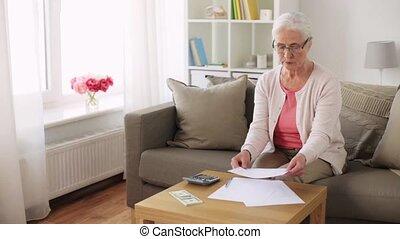 thuis, geld, oude vrouw, papieren