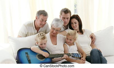 thuis, gitaar gespeel, gezin, vrolijke