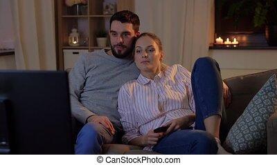 thuis, nacht, het schouwen tv, gelukkig paar