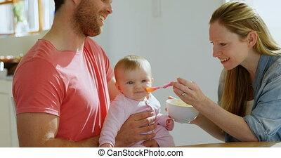 thuis, ouders, hun, baby jongen, 4k, het voeden