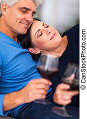 thuis, paar, het genieten van, middelbare leeftijd , wijntje
