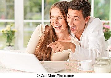 thuis, paar, vrolijke , draagbare computer, gebruik