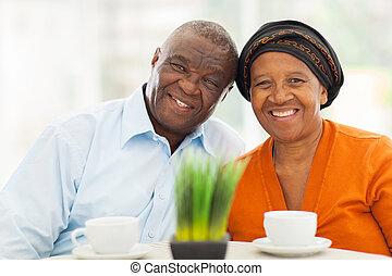 thuis, schattig, paar, senior, afrikaan