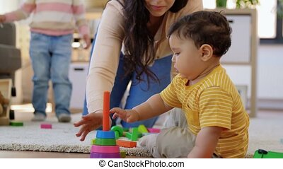 thuis, spelend, vrolijke , kinderen, moeder
