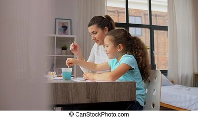 thuis, tekening, weinig; niet zo(veel), dochter, moeder