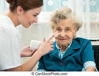 thuis, verpleegkundige, vrouw, geassisteerd, bejaarden