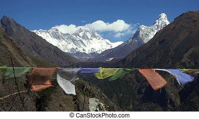 tibetan, gebed, vlaggen, tegen, witte , snowy berg, piek, in, de, everest, gebied, van, himalayan, bergen, nepal