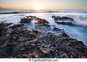 tidlig formiddag, landskab, i, havet, hen, rocky shore, og, glødende, su
