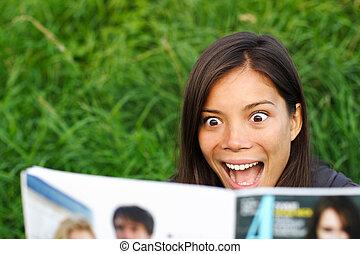 tidskrift, kvinna läsning, chockerat