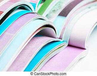 tidskrifter, hög, öppnat