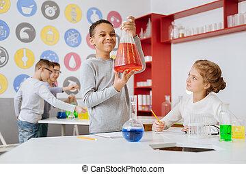 tiempo no acentuado, niño, comprobación hacia fuera, frasco, con, rojo, químico