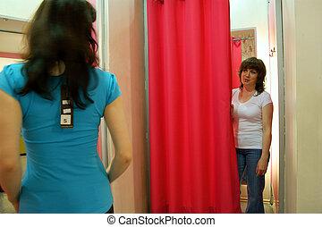 tienda, compras, habitación, -, dos, prueba, ropa, mujeres