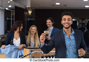 tienda, credito, hombre, sonriente, ropa, tarjeta, feliz