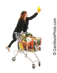 tienda de comestibles, lleno, carro de compras, mujer, lechería, escoger, jabón
