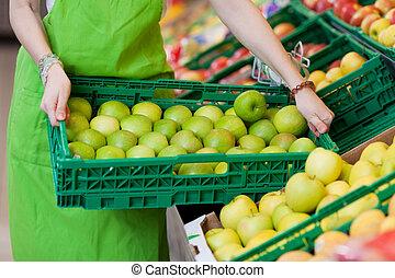tienda de comestibles, lleno, tenencia, trabajador, cajón, manzanas, hembra, tienda