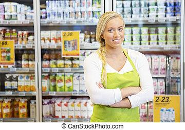 tienda de comestibles, trabajador, brazos, cruzado, hembra,...