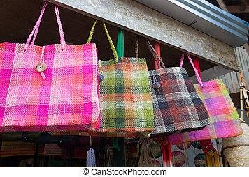 tienda de recuerdo, con, hechaa mano, bolsas