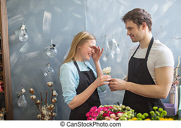 tienda, el suyo, collegue, dar, ayudante, flor, embarrased